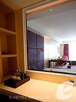 バンコク ファミリー&グループのホテル : センタラ グランド アット セントラルワールド(Centara Grand at Central World)のプレミアム ワールド ルームの設備 Bathroom Window