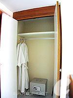 プーケット カタビーチのホテル : チャナライ フローラ リゾート(Chanalai Flora Resort)のスーペリアルームの設備 Closet
