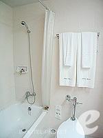 プーケット カタビーチのホテル : チャナライ フローラ リゾート(Chanalai Flora Resort)のスーペリアルームの設備 Bathroom