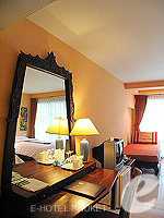 プーケット カタビーチのホテル : チャナライ フローラ リゾート(Chanalai Flora Resort)のデラックスルームの設備 Writing Desk