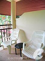 プーケット カタビーチのホテル : チャナライ フローラ リゾート(Chanalai Flora Resort)のデラックスルームの設備 Balcony