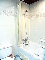 プーケット パトンビーチのホテル : ココナッツ ビレッジ リゾート(Coconut Village Resort)のクラシック スタンダードルームの設備 Bathroom