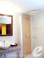 プーケット パトンビーチのホテル : ココナッツ ビレッジ リゾート(Coconut Village Resort)のデラックスルームの設備 Pantry Kitchen