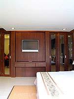 プーケット パトンビーチのホテル : ココナッツ ビレッジ リゾート(Coconut Village Resort)のジャグジールームの設備 LCD TV