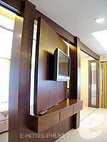 プーケット パトンビーチのホテル : ココナッツ ビレッジ リゾート(Coconut Village Resort)のジャグジールームの設備 TV