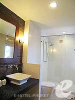 プーケット パトンビーチのホテル : ココナッツ ビレッジ リゾート(Coconut Village Resort)のジャグジールームの設備 Bath Room