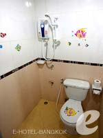 バンコク スワンナプーム空港周辺のホテル : コンビニエント リゾート バンコク(Convenient Resort Bangkok)のデラックスツインルームの設備 Bathroom