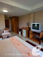 バンコク スワンナプーム空港周辺のホテル : コンビニエント リゾート バンコク(Convenient Resort Bangkok)のデラックス コーナービュー シングルルームの設備 Bedroom