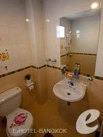 バンコク スワンナプーム空港周辺のホテル : コンビニエント リゾート バンコク(Convenient Resort Bangkok)のデラックス コーナービュー シングルルームの設備 Bath Room