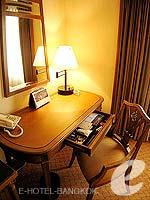 バンコク ファミリー&グループのホテル : クラウン プラザ バンコク ルンピニ パーク(Crowne Plaza Bangkok Lumpini Park)のスーペリアルームの設備 Writing Desk