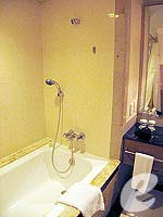 バンコク カップル&ハネムーンのホテル : クラウン プラザ バンコク ルンピニ パーク(Crowne Plaza Bangkok Lumpini Park)のスーペリアルームの設備 Bathroom