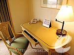 バンコク ファミリー&グループのホテル : クラウン プラザ バンコク ルンピニ パーク(Crowne Plaza Bangkok Lumpini Park)のデラックスルームの設備 Writing Desk