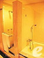 バンコク カップル&ハネムーンのホテル : クラウン プラザ バンコク ルンピニ パーク(Crowne Plaza Bangkok Lumpini Park)のデラックスルームの設備 Bathroom