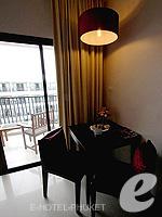 プーケット 10,000~20,000円のホテル : ディーヴァナ プラザ プーケット(Deevana Plaza Phuket)のデラックス シティー ビュールームの設備 Dining Table