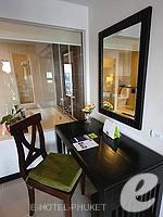 プーケット ファミリー&グループのホテル : ディーヴァナ プラザ プーケット(Deevana Plaza Phuket)のファミリールームの設備 Desk