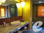 サムイ島 チョンモーンビーチのホテル : デヴァ サムイ リゾート & スパ(Deva Beach Resort & Spa)のグランド デラックス プール アクセスルームの設備 Pantry Area