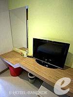 バンコク ファミリー&グループのホテル : DS67 スイーツ バンコク(DS67 Suites Bangkok)のスタンダード シングルルームの設備 LCD TV