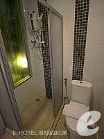 バンコク ファミリー&グループのホテル : DS67 スイーツ バンコク(DS67 Suites Bangkok)のスタンダード シングルルームの設備 Bathroom