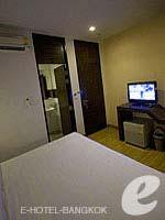 バンコク ファミリー&グループのホテル : DS67 スイーツ バンコク(DS67 Suites Bangkok)のスタンダード ノー ウインドウルームの設備 Bedroom