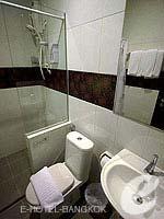 バンコク ファミリー&グループのホテル : DS67 スイーツ バンコク(DS67 Suites Bangkok)のスタンダード ノー ウインドウルームの設備 Bathroom