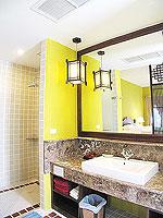 プーケット 5,000円以下のホテル : ドゥアンジット リゾート&スパ(Duangjitt Resort & Spa)のデラックスバンガロー(ツイン/ダブル)ルームの設備 Bath Room