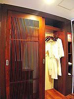 プーケット 5,000円以下のホテル : ドゥアンジット リゾート&スパ(Duangjitt Resort & Spa)の ファミリー スイートルームの設備 Closet