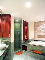 プーケット 5,000円以下のホテル : ドゥアンジット リゾート&スパ(Duangjitt Resort & Spa)の ファミリー スイートルームの設備 Bath Room