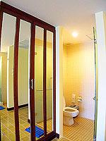 プーケット 5,000円以下のホテル : ドゥアンジット リゾート&スパ(Duangjitt Resort & Spa)のデラックス ガーデン ウィング(シングル)ルームの設備 Closet