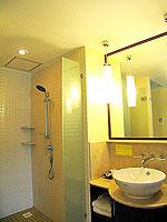 プーケット 5,000円以下のホテル : ドゥアンジット リゾート&スパ(Duangjitt Resort & Spa)のデラックス ガーデン ウィング(ツイン/ダブル)ルームの設備 Bath Room