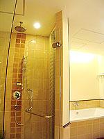 プーケット 5,000円以下のホテル : ドゥアンジット リゾート&スパ(Duangjitt Resort & Spa)のグランド デラックスルームの設備 Bath Room