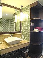 プーケット 5,000円以下のホテル : ドゥアンジット リゾート&スパ(Duangjitt Resort & Spa)のデラックス ガサロン(ツイン/ダブル)ルームの設備 Bath Room