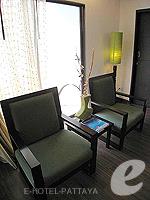 パタヤ サウスパタヤのホテル : サンビーム ホテル パタヤ(Sunbeam Hotel Pattaya)のデラックス(ツイン/ダブル)ルームの設備 Chair
