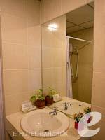 バンコク スワンナプーム空港周辺のホテル : フローラル シャイア リゾート(Floral Shire Resort)のスーペリア シングル ウィズアウト ブレックファーストルームの設備 Bathroom