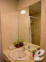 バンコク スワンナプーム空港周辺のホテル : フローラル シャイア リゾート(Floral Shire Resort)のスーペリア シングル ウィズ ブレックファーストルームの設備 Bathroom