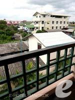 バンコク スワンナプーム空港周辺のホテル : フローラル シャイア リゾート(Floral Shire Resort)のデラックスルームの設備 Balcony
