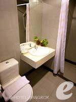 バンコク スワンナプーム空港周辺のホテル : フローラル シャイア リゾート(Floral Shire Resort)のデラックスルームの設備 Bath Room