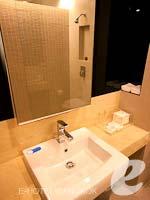 バンコク シーロム・サトーン周辺のホテル : グロウ トリニティ シーロム バンコク(Glow Trinity Silom Bangkok)のスーペリアルームの設備 Bathroom