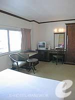 バンコク スクンビットのホテル : グランド ビジネス イン(Grand Business Inn)のプレミア ルームルームの設備 Bedroom