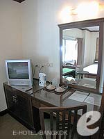 バンコク スクンビットのホテル : グランド ビジネス イン(Grand Business Inn)のプレミア ルームルームの設備 Writing Desk