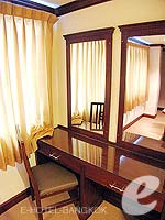 バンコク スクンビットのホテル : グランド ビジネス イン(Grand Business Inn)のプレミア スイートルームの設備 Writing Desk