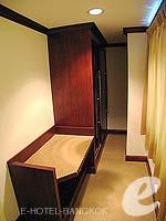 バンコク スクンビットのホテル : グランド ビジネス イン(Grand Business Inn)のプレミア スイートルームの設備 Walk-in Closet