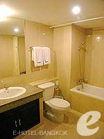 バンコク スクンビットのホテル : グランド ビジネス イン(Grand Business Inn)のプレミア スイートルームの設備 Bathroom