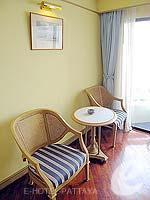 パタヤ ジョムティエンビーチのホテル : グランド ジョムティエン パレス(Grand Jomtien Palace)のスーペリア メインウィングルームの設備 Chair