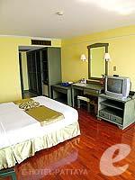 パタヤ ジョムティエンビーチのホテル : グランド ジョムティエン パレス(Grand Jomtien Palace)のデラックス メインウィングルームの設備 Bedroom