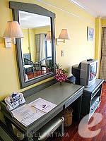 パタヤ ジョムティエンビーチのホテル : グランド ジョムティエン パレス(Grand Jomtien Palace)のデラックス メインウィングルームの設備 Living Area