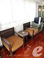 パタヤ ジョムティエンビーチのホテル : グランド ジョムティエン パレス(Grand Jomtien Palace)のジュニア スイート メインウィングルームの設備 Chair