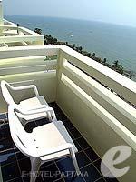 パタヤ ジョムティエンビーチのホテル : グランド ジョムティエン パレス(Grand Jomtien Palace)のジュニア スイート メインウィングルームの設備 Balcony