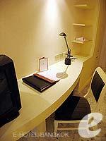 バンコク スクンビットのホテル : グランド プレジデント(Grand President)のオパール スタジオルームの設備 Writing Desk
