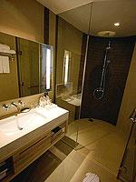 プーケット スパ併設のホテル : ホリデーイン リゾート プーケット マイカオ ビーチ(Holiday Inn Resort Phuket Mai Khao Beach)のデラックス プール フェイシングルームの設備 Bath Room