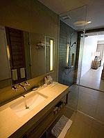 プーケット スパ併設のホテル : ホリデーイン リゾート プーケット マイカオ ビーチ(Holiday Inn Resort Phuket Mai Khao Beach)のジュニア スイート プール アクセスルームの設備 Bath Room